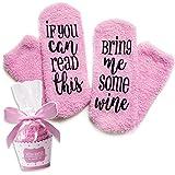 Pinke Luxus-Wein-Socken mit'If You Can Read This Bring Me Some Wine' mit Cupcake-Geschenkverpackung von Smith's (Geschenkidee, lustiges Wein-Zubehör für Frauen, tolles Geburtstags- & Gastgeschenk)