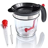 Amazy Fetttrennkanne inkl. Bratenspritze + Reinigungsbürste – Fettkanne aus Kunststoff mit integriertem Sieb und Messskala für das Abschöpfen von Fett aus Soßen und Suppen (1 Liter)