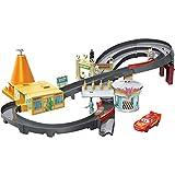 Disney Cars GGL47 - Radiator Springs Rennset Spielzeugauto Spielset mit Beschleuniger und Lightning McQueen Auto, Spielzeug ab 4 Jahren