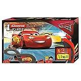Carrera FIRST Disney Pixar Cars 3 Rennstrecke für Kleinkinder | 2,4m elektrische Rennbahn mit McQueen & Ramirez Spielzeugautos | mit Handregler & Streckenteilen | Spielzeug für Kinder ab 3 Jahren