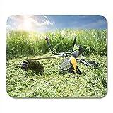 Fadentrimmer und schützende Gesichtsmaske auf gemähtem Gras Personalisiertes Gaming Mousepad 30cmx25cm