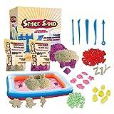 Leo & Emma Space Sand 1.8kg Set 50tlg. Formen Zahlen Buchstaben Burg Modellierwerkzeug Modellierwanne, kinetischer magischer Sand, viele Farben, TÜV getestet (0.9kg weiß und 0.9kg lila)