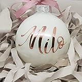 Weiße Weihnachtskugel mit personalisiertem Namen und Datum in Rose Gold Text